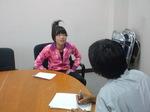 神戸新聞記者からインタビューを受けるこども市長